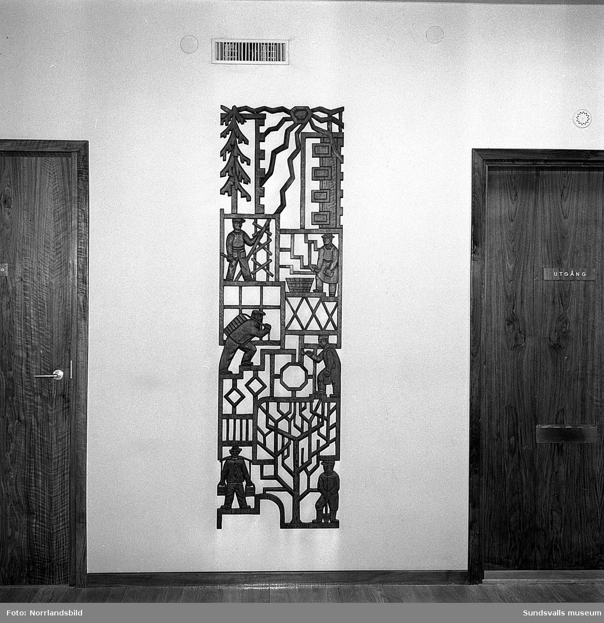 Konstverk i Hallström & Nisses hus vid Landsvägsallén. Trärelief, bronsrelief, tavlor och utvändig järnkonst.