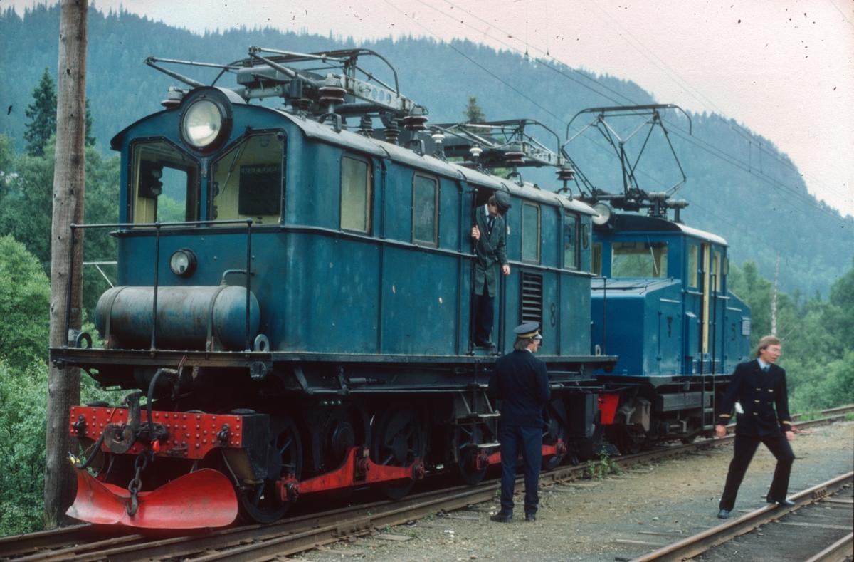 Salvesen og Thams lokomotiver nr. 8 (ASEA) og 5 (NEBB) under skifting på Løkken stasjon.