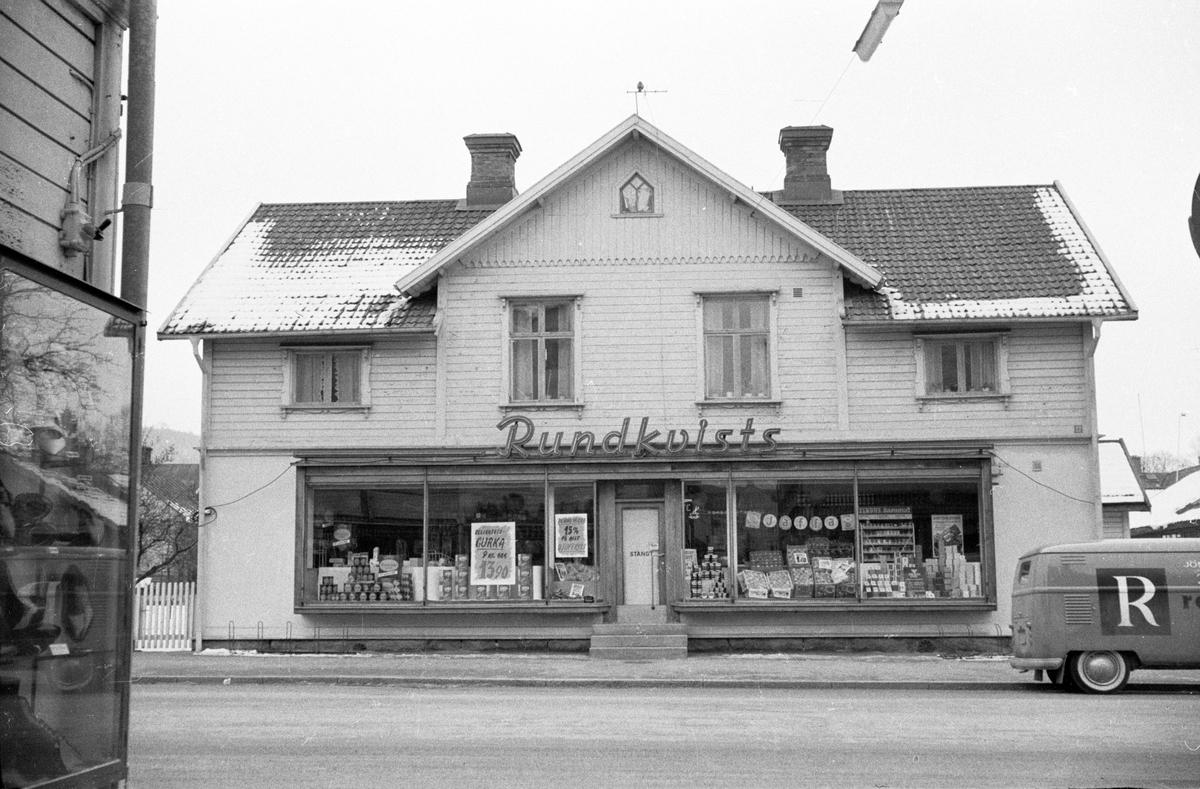 Hus vid Rosenborgsgatan i Huskvarna. Rundkvists speceriaffär finns i markplan och bostäder på ovanvåningen.