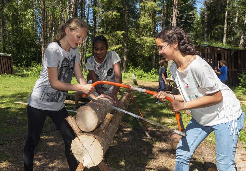 Jenter sager ved under Skog og vann 2014