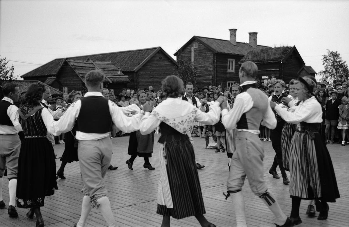 Folkdansuppvisning på friluftsmuseet Disagården, Gamla Uppsala 1946
