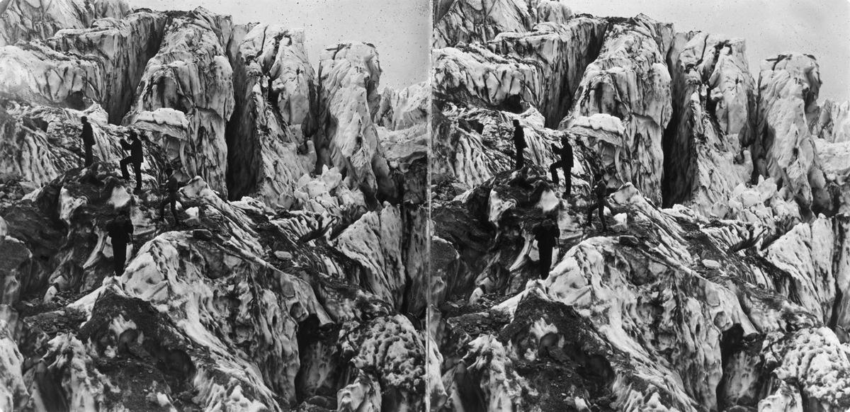 Stereobild. Entrée du Glacier dés Bussons, Mont Blanc. Utställningen i Paris.