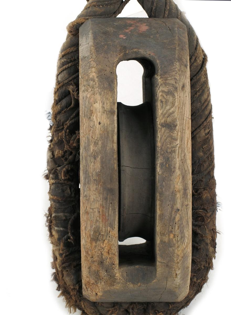 Kjølhalingsblokk med en skive. Tre (trolig ask eller lønn) , lerret, wire omtvunnet med lerret og tausurring.