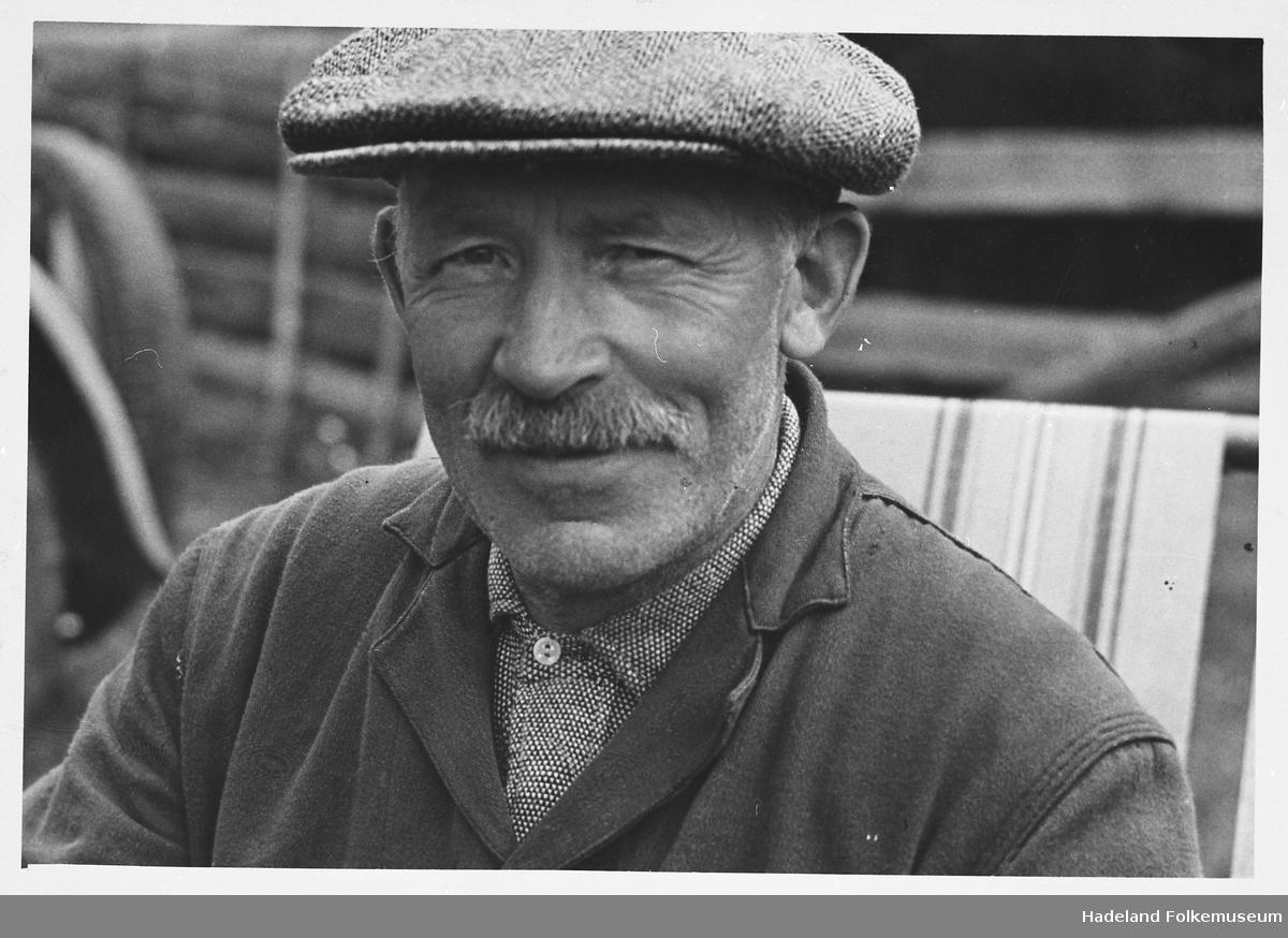 Portrett av Brede Gisleberg (1875-1948), på sine eldre dager, med Sixpencelue.