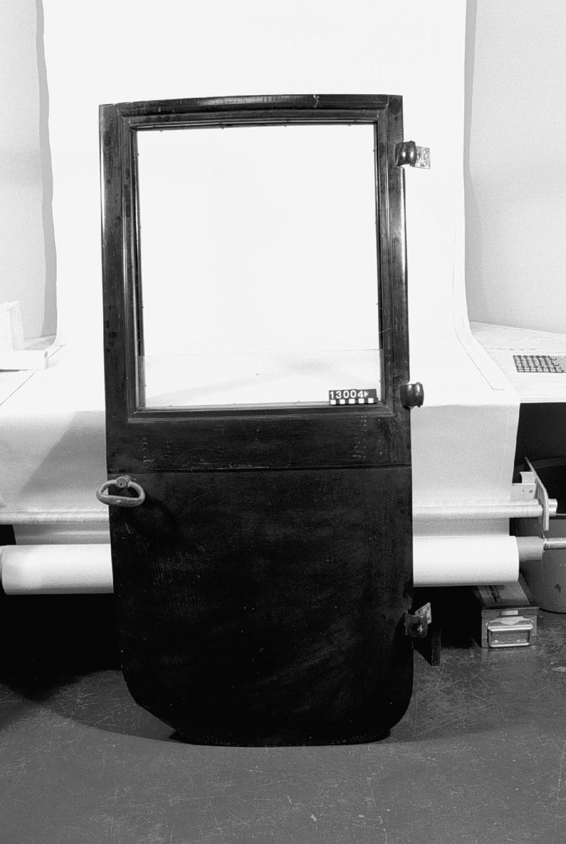 Elbil med plats för fyra, de två främre platserna har vridbara stolar. Karossutförandet kallades Brougham. Styrning sker med spak och hastighetsreglage finns vid både fram- och baksätet. En elmotor under kupén driver på kardanaxel till bakhjulen. Återfinnes blybatterier under huvarna fram och bak. Bilen har bandbroms på trummor på bakhjulen samt vägmätare i ett främre hjulnav. Två hastigheter framåt, backväxel. Högsta fart cirka 30 km/tim Körsträcka 5 - 6 mil per laddning.