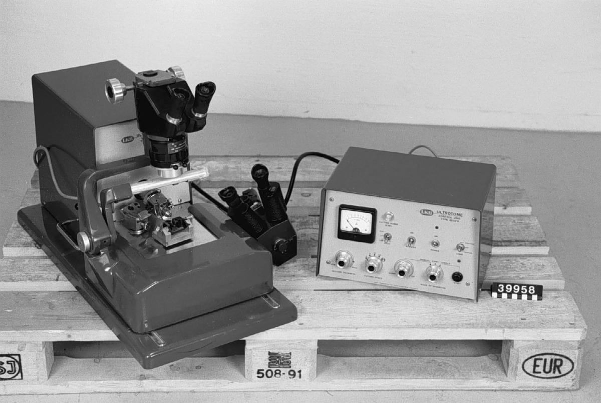Ultratome av plåt och gjutgods, med skyddshuva av plast. Föremålet består av ultratome Main Unit Type 4801A-291, samt Control Unit 4802A-291. Dessutom ingår mikroskop 4804 A, NIFE, samt extra mikroskop Nife 33988.