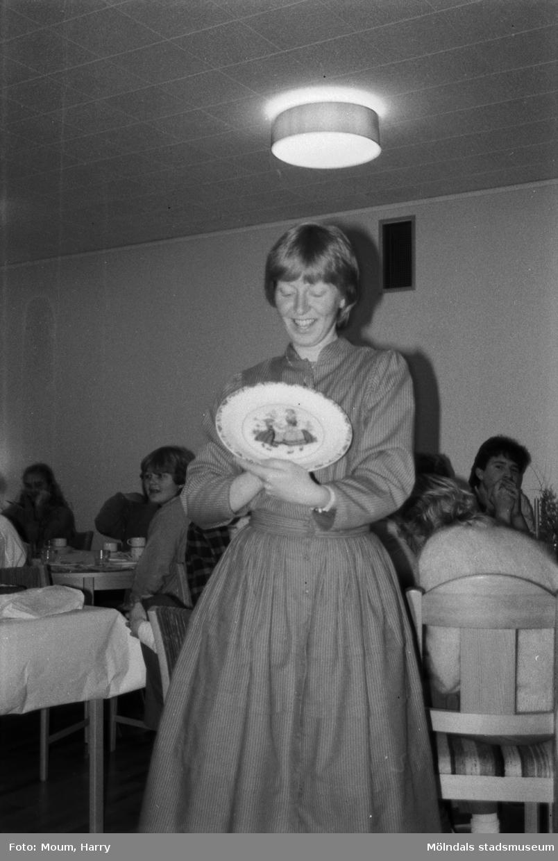 """Gospelkören Seier från Mölndals vänort i Norge gästar Kållered, år 1984. """"Körledare Björg Höyang från Mölndals vänort blev jätteglad för minnesgåvan.""""  För mer information om bilden se under tilläggsinformation."""