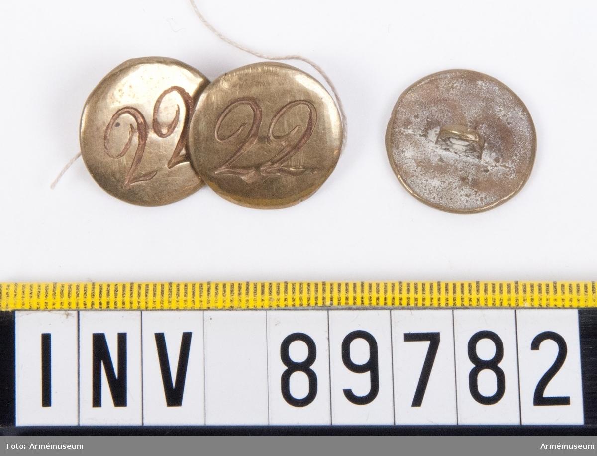 Grupp C. 3 stycken mässingsknappar med siffran 22.