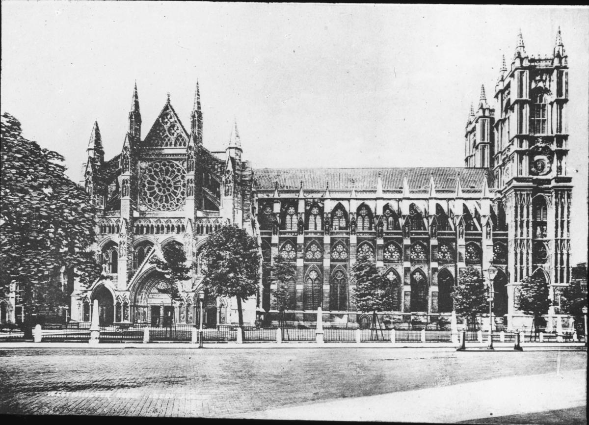 Skioptikonbild med motiv av katedralen Wetminster Abbey. Bilden har förvarats i kartong märkt: ?