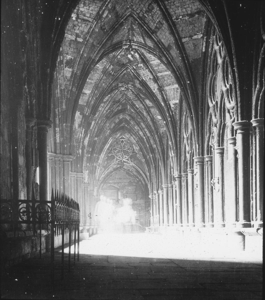 Skioptikonbild med motiv från Sigurd Curmans resor i Europa. Interiör från katedral, Westminster Abbey, i London. Den norra klostergången.