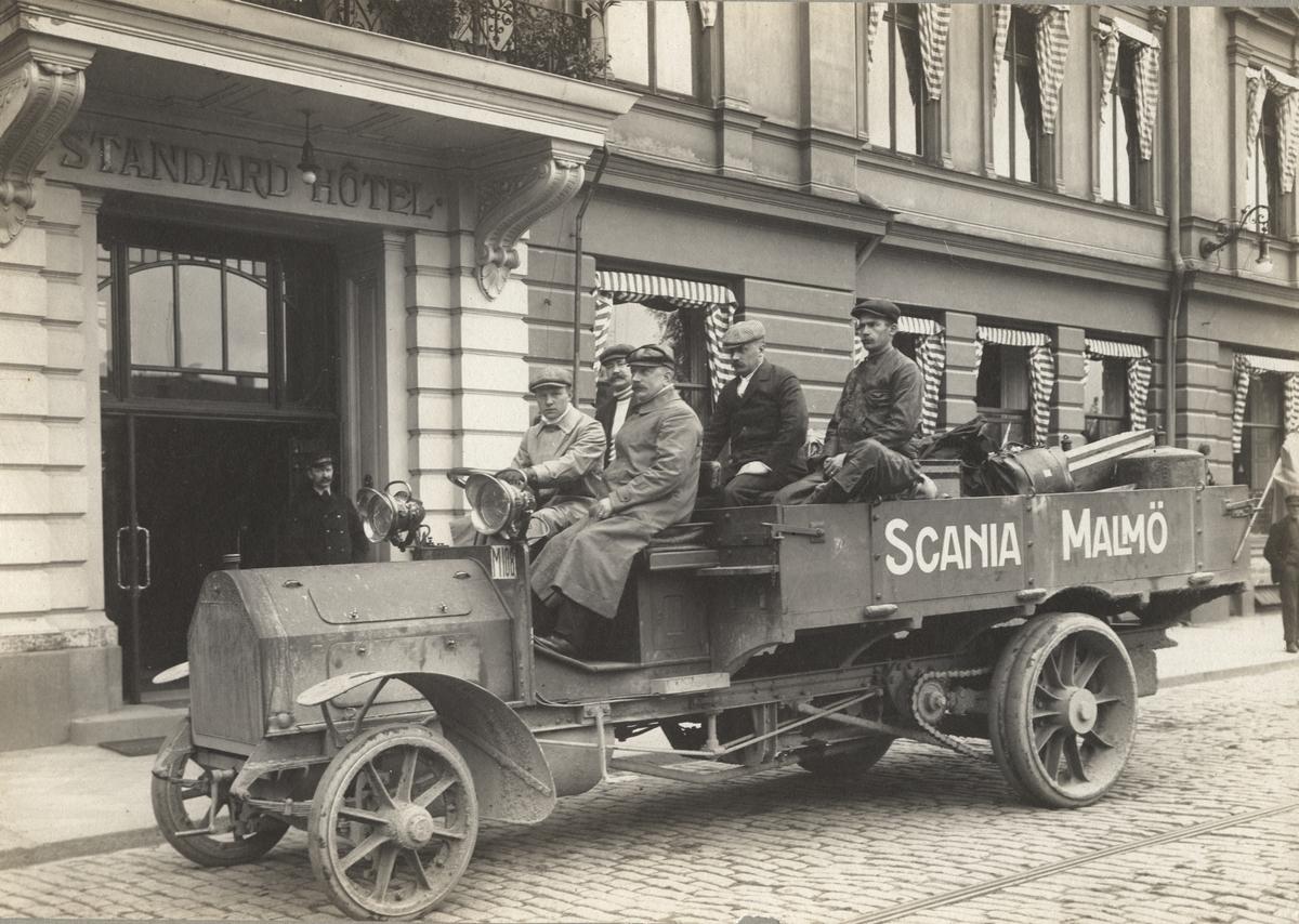 Scania Lastautomobil på resan Malmö-Stockholm 1909. Scanias första lastautomobil med kullager i hjulnaven (SKF). Förare av bilen är Löjtnant Cronström, passagerare: ingenjör Anton Svensson, dir. Per Nordeman, dir. Sven Wingqvist (SKF) och verkmästare Hjalmar Fredlund.