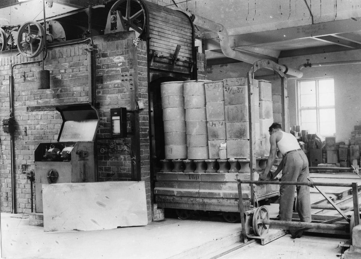Gustavsbergs Porslinsfabrik. Godset går in i gasugnen.