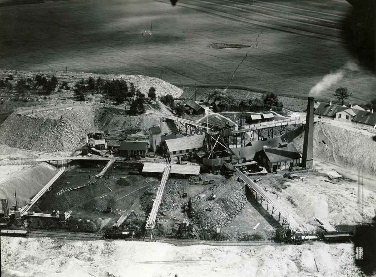 Redan 1744 fann man och började bryta stenkol.  Runt år 1920 var efterfrågan inte så hög på kol men under början av 1930-talet steg efterfrågan och priser på stenkol och en rad investerare prövade lyckan i Billesholm. Dock varade det inte så länge, 1932, ansågs det inte längre vara lönsamt med kolbrytningen och nästan all gruvdrift lades ner.