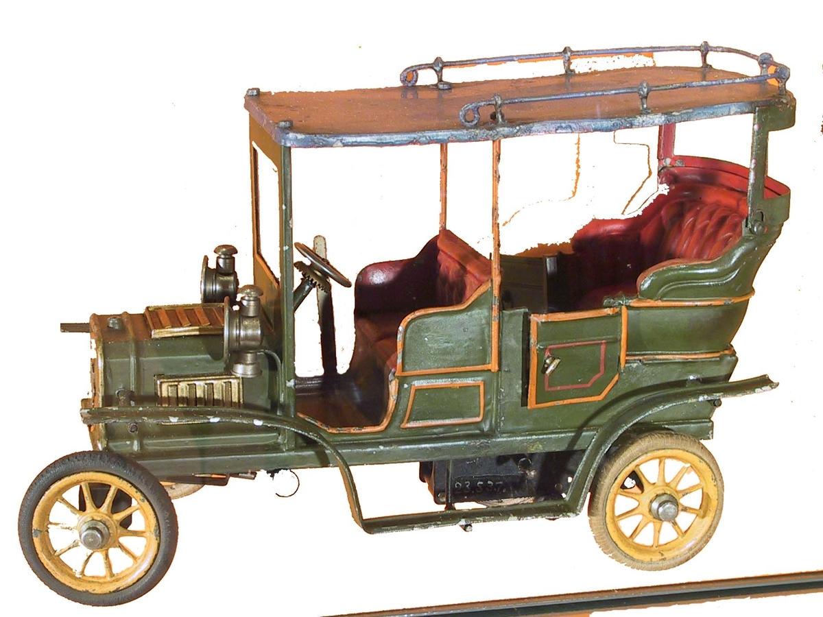 Karossen är typisk för dåtida förnämliga turistvagnar och har till förebild samtida automobiler av tyskt fabrikat, främst Adler men även Daimler och Benz. Bagageräcket på taket var vid förvärvet lösbrutet vid 2-3 stolpar. Vid återkomst efter utlån i nov 1953 satt endast en stolpe fast. Samtliga stolpar löddes fast och taket nylackerades i samma färg som förut. Kostna- den ersattes genom låntagarens försäkring.
