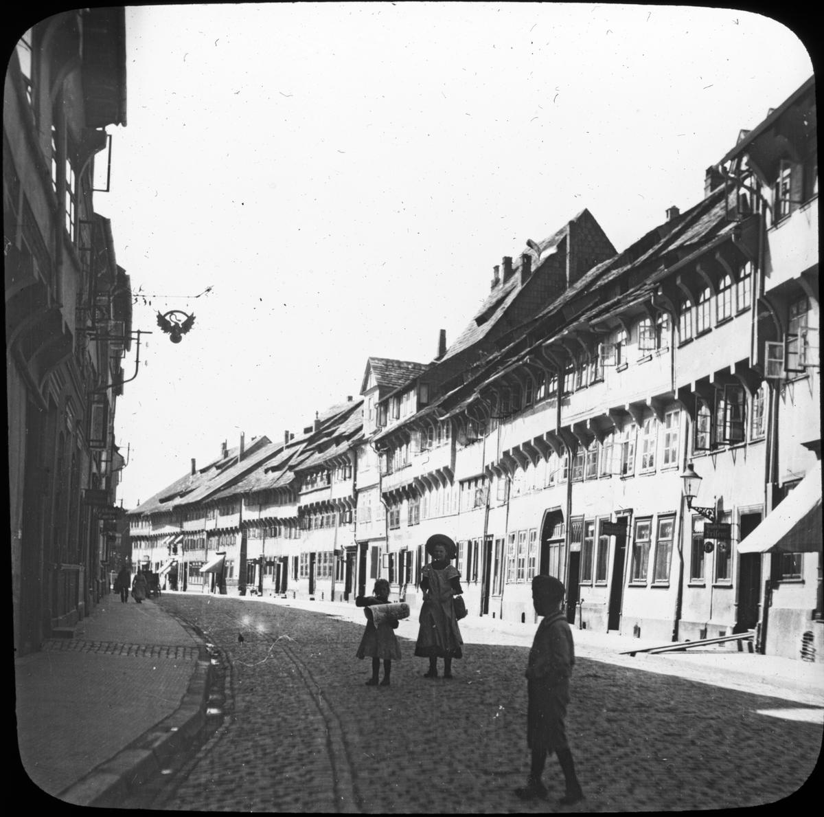 Skioptikonbild med motiv barn på gata i Einbeck. Bilden har förvarats i kartong märkt: Vårresan 1909. Hildensheim 4. Einbeck 5. VII