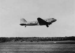 Löjtnant Besson startar med Douglasplanet från Bromma till P