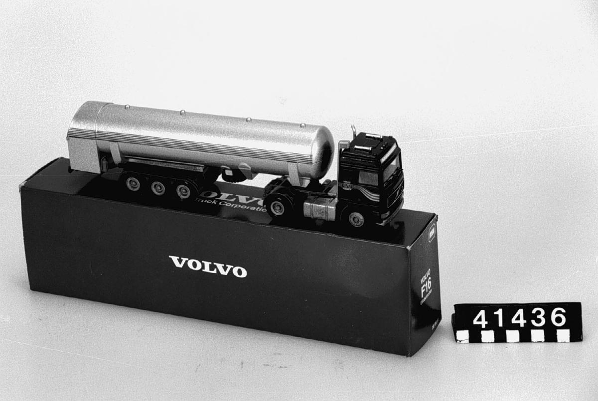 Lastbilsmodell med tankvagnssläp. Modell 4323 i skala 1:50. Tillbehör: Originalförpackning.