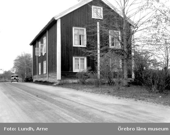Bild av ett icke namngivet hus. Vad det används till framgår tyvärr inte av någon beskrivning.