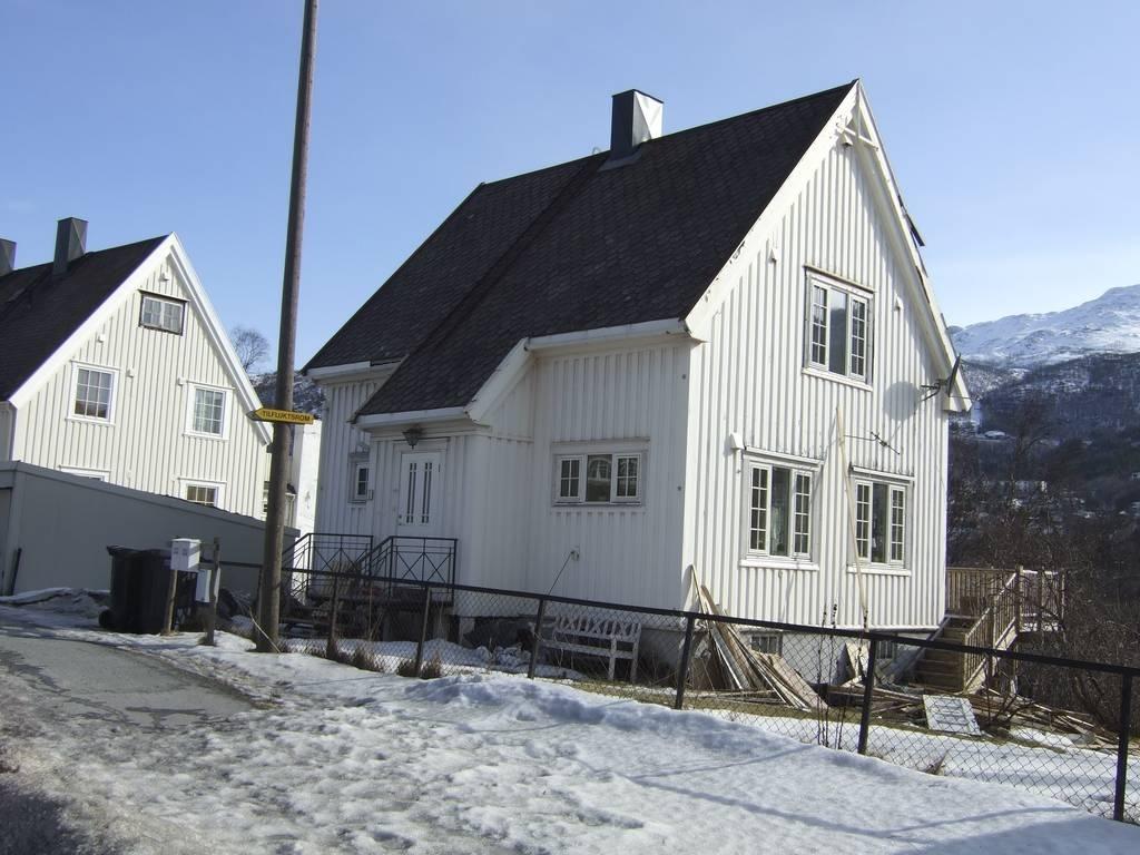 Bjørnsons vei 08 Oppført i 1958 av Johan Olsen (Radio-Olsen) i 1928. (Berg, Per H: Gatelangs i Narvik b3 s104)