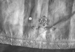 Örngott eller hängkläde med spets och monogram