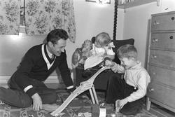 Skøyteløperen Hjalmar Andersen m.barna og premieskap, fot. h