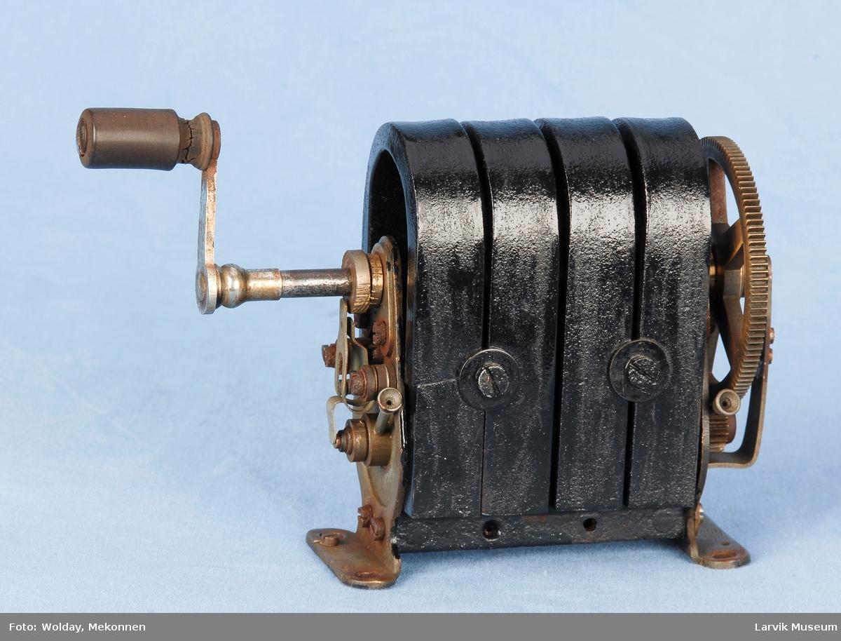Apparat til å indusere vekselstrøm. Forløper for transformatoren.