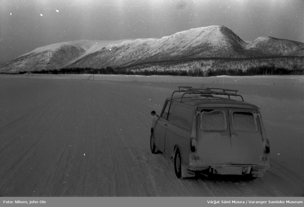 Bil som står på isvei. Bilen er av merke en Mini Morris og tilhørte John Ole Nilsen. 1966.
