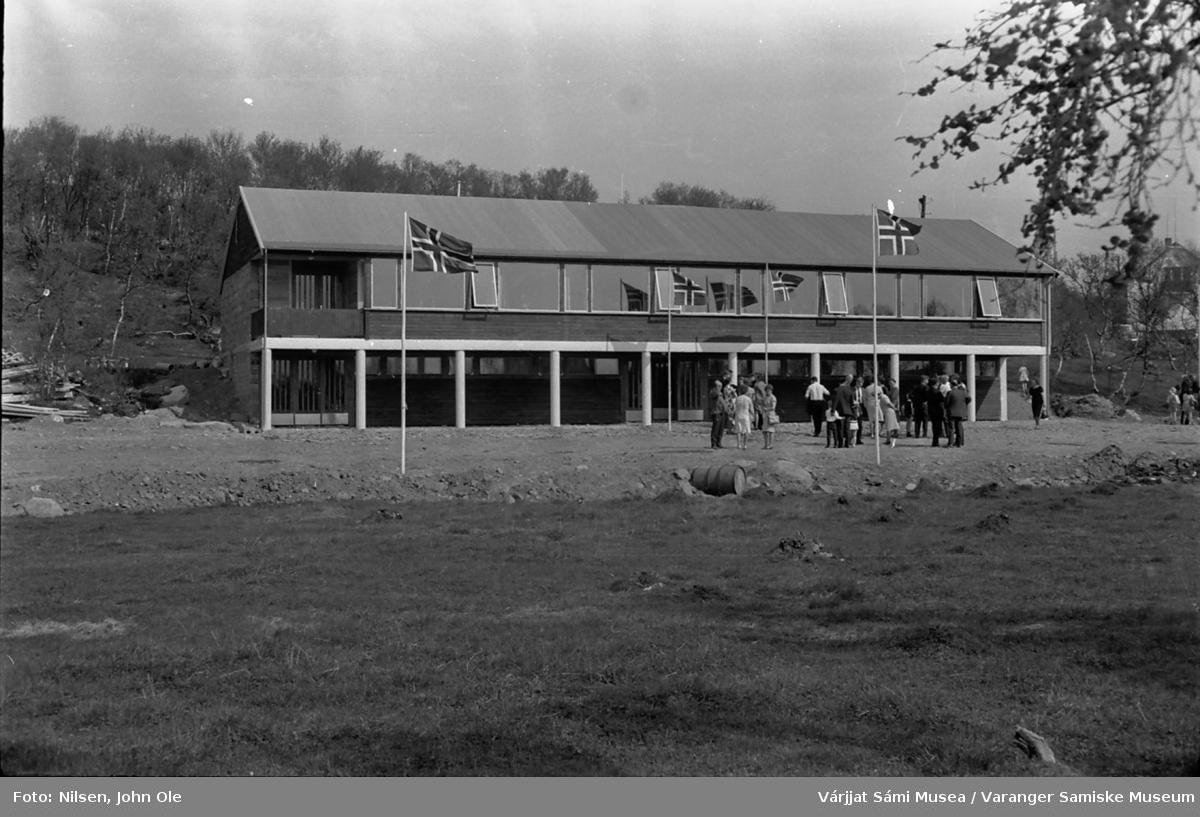 Innvielse av ungdomssenteret i Vestre Jakobselv. Det nybygde ungdomssenteret med folk samlet utenfor. 19. juni 1966.