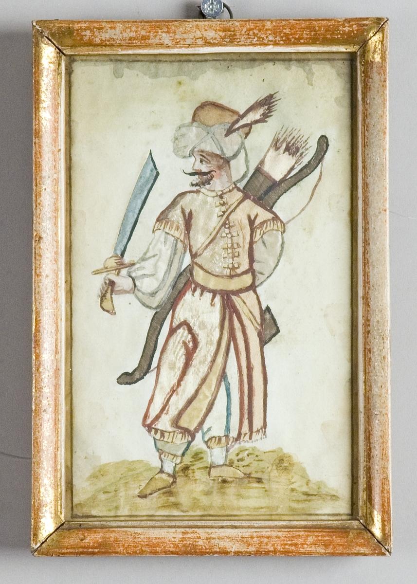 Stående man, turkisk janitschar, på en gräskulle. Han är klädd i lång kortärmad rock över blusande ärmar och långbyxor. I ena handen håller han en uppsträckt sabel och har över axeln en pilbåge och koger. Skägg, mustasch och huvudbonad med fjäder.