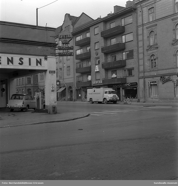 Gatuvyer i korsningen Köpmangatan-Nybrogatan med Shellmacken i hörnet, Cecil, Malmsjö piano med flera butiker.