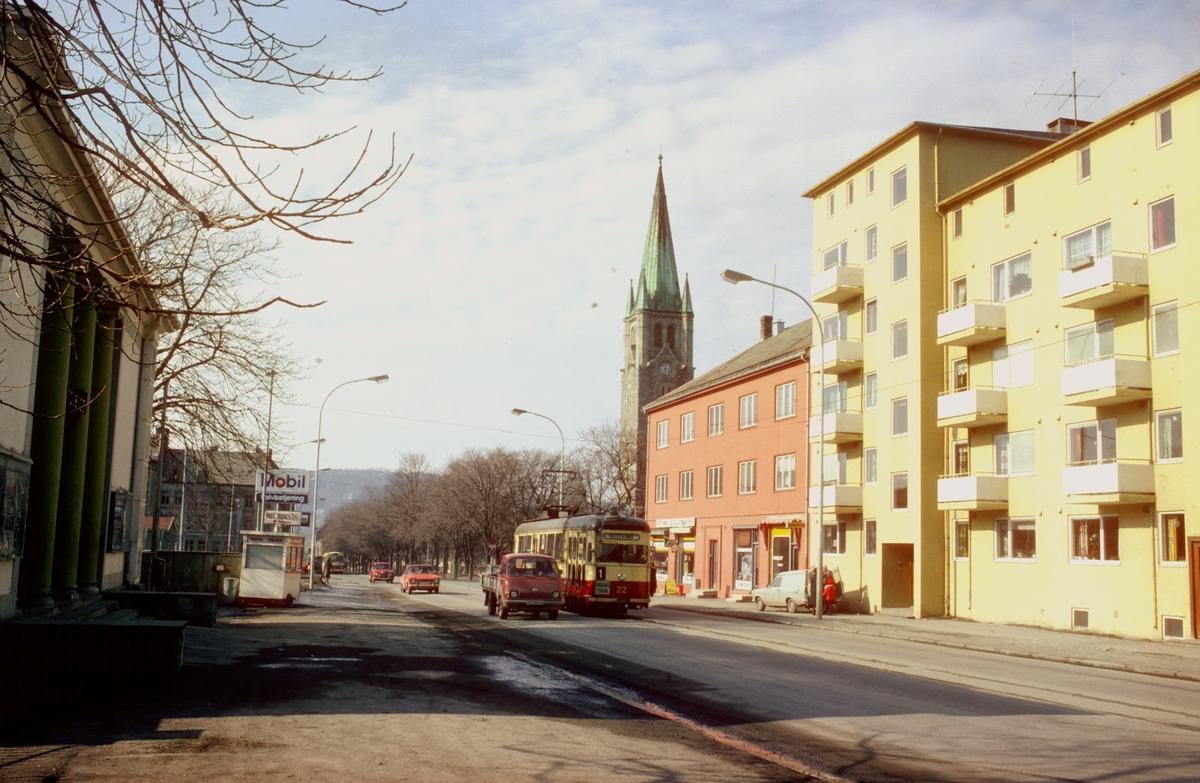 Innherredsveien på Lademoen. Lademoen kirke i bakgrunnen. Trondheim trafikkselskap vogn 22 på vei mot Voldsminde. Mobil bensinstasjon.