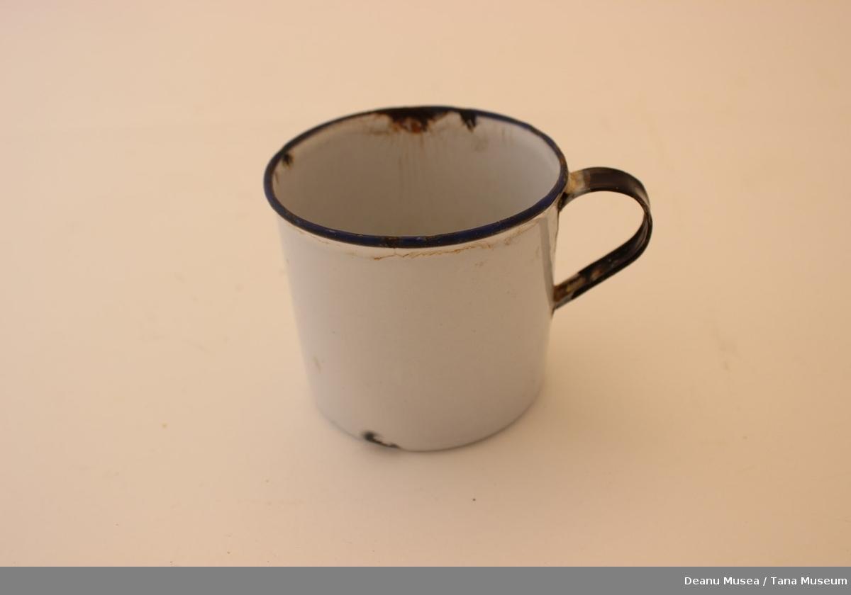Kopp i metall med hvit emalje, blå kant øverst og blått håndtak.