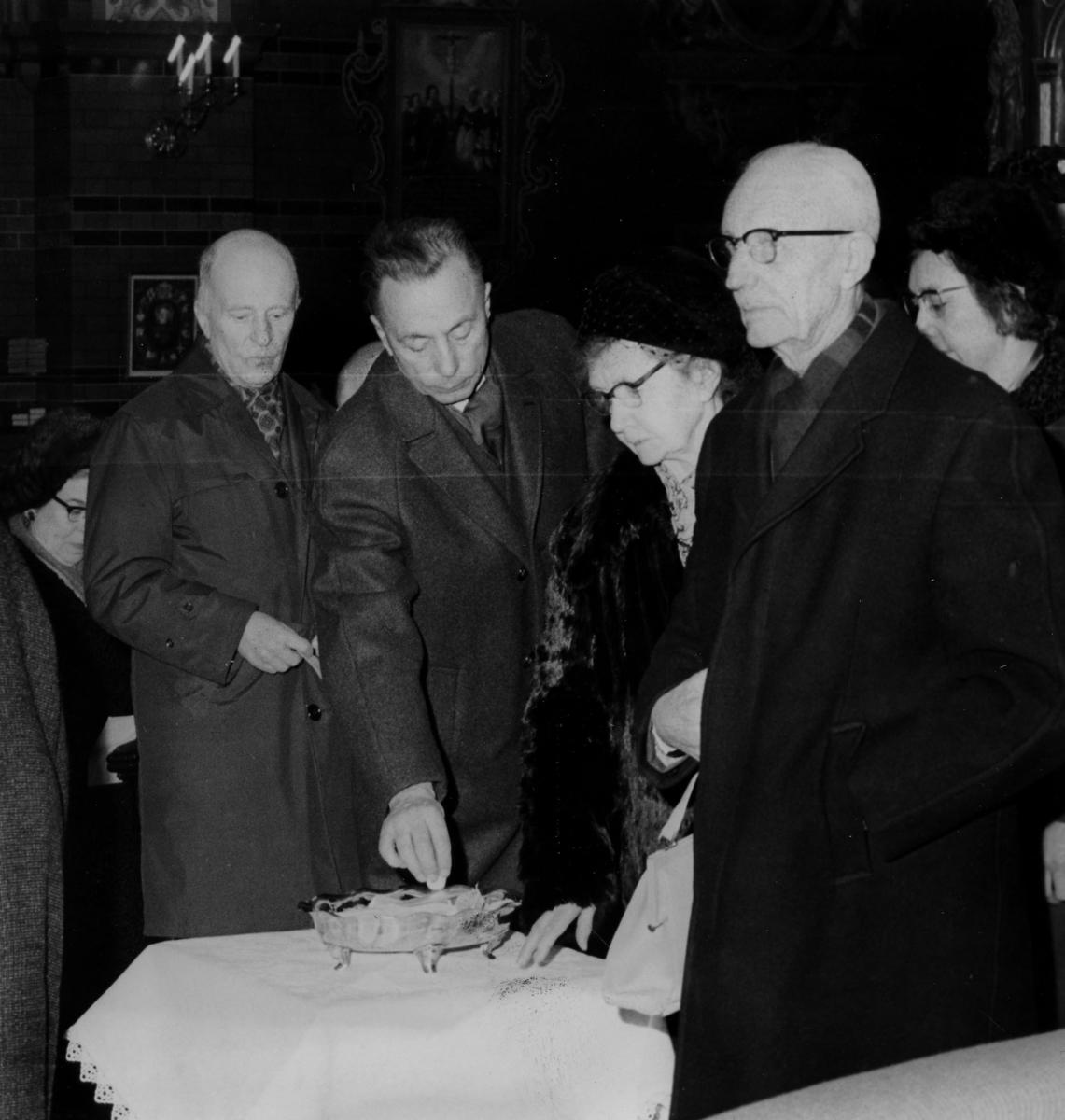 Kollekterna i kyrkan 2/1-8/1-1966, 2:a från vänster John Wilson.