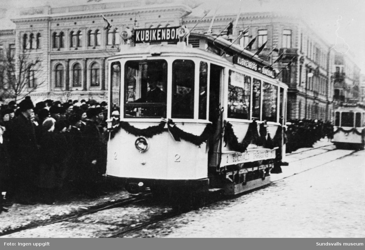 Invigning av spårvägen den 18 januari 1911. Spårvagnarna 1 till 5 står uppställda efter Esplanaden med stor publiktillströmning.
