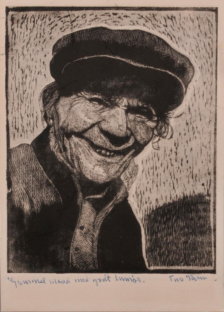 Mann med luve, som smiler.