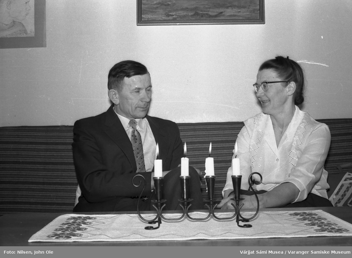 Signe og John Ole Nilsen hjemme i stua i Bunes. 1967.