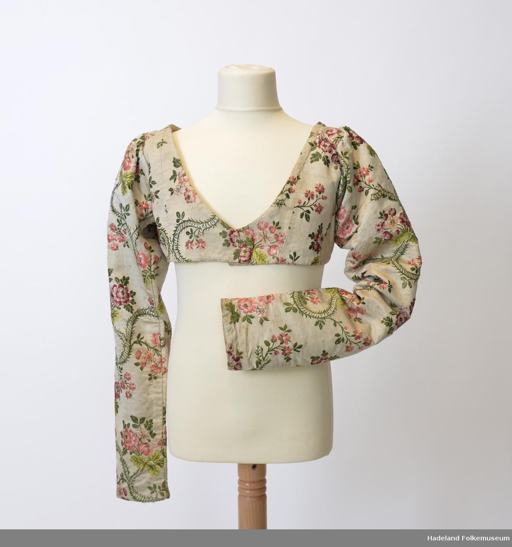8ac19462 Livstykke som stammer fra brudekjole brukt rundt 1820. Mønstret  silkebrokade, blomster- og bladranker