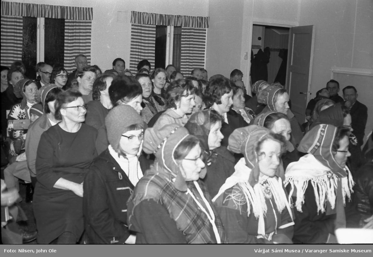 Mange mennesker samlet inne i Bunes bedehus. Blant annet: Lærinne Ingebjørg Mathisen fra Reppen, Johanne Pettersen, Elida Laiti, Olav Paulsen, Katrine Paulsen, Eva Noste og Ellen Marit Persen. 28. mars 1967.