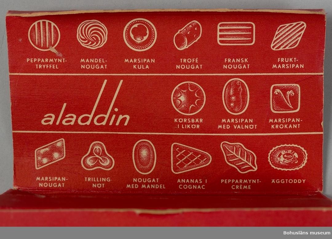 "Ask av papper, röd med vit skrift. ""Marabou Aladdin sorterad choklad 150 g. 15 sorter""."