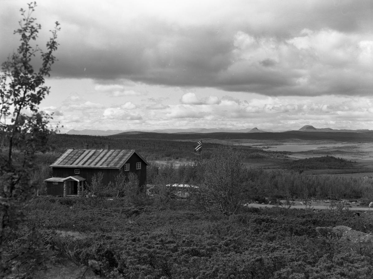 Lenningen fjellstue. Fjelltoppene Rundemellen bak til høyre og Skarvemellen til venstre.