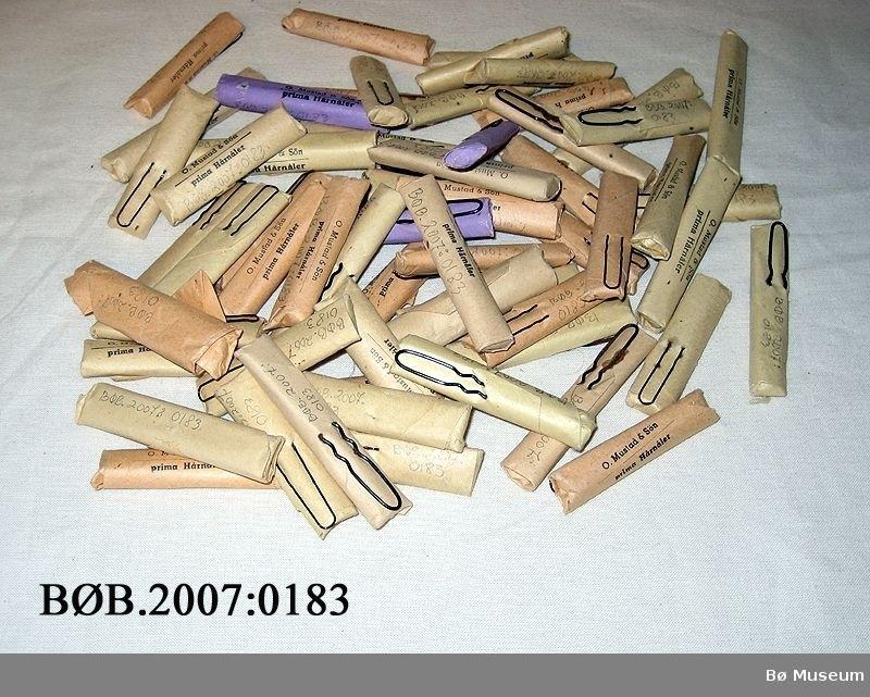 60 pakker med hårnåler. Det er pakker med b tynne små nåler og pakker med store grove hårnåler. Dei er pakka i papirpakker . dei har fargane gul, beige eller lilla.
