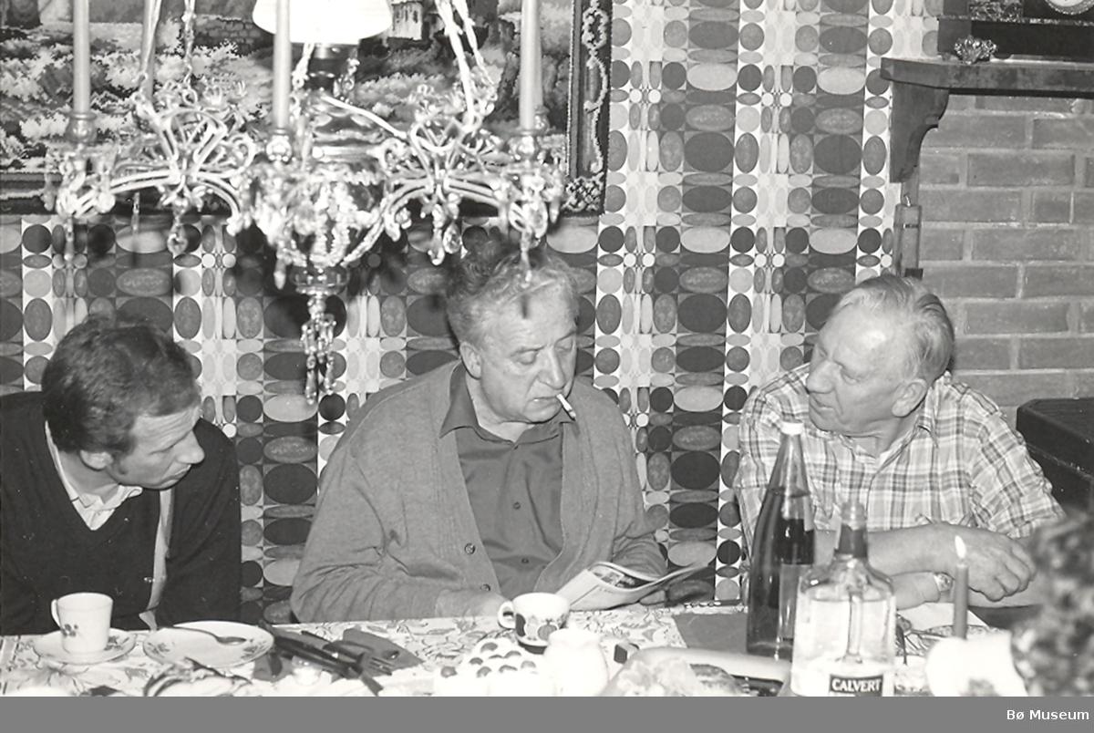 Jens Amundsen og Anund Roheim diskuterer eit eller anna under eit spelemannsmøte hos Anund på 70-årsdagen hans i 1983. Til venstre: Harald Lønnestad