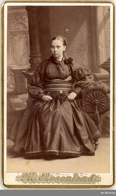 Kvinne, heilfigur. Kari Aagetveit