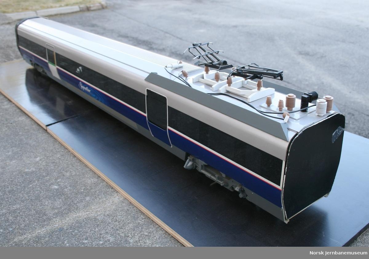 """Modell i skala 1:20 av elektrisk motorvognsett type 73, """"Signatur"""" design. Tidligere utstilt ved NSBs hovedkontor. 8752a: Styrevogn 8752b: Mellomvogn med strømavtager"""