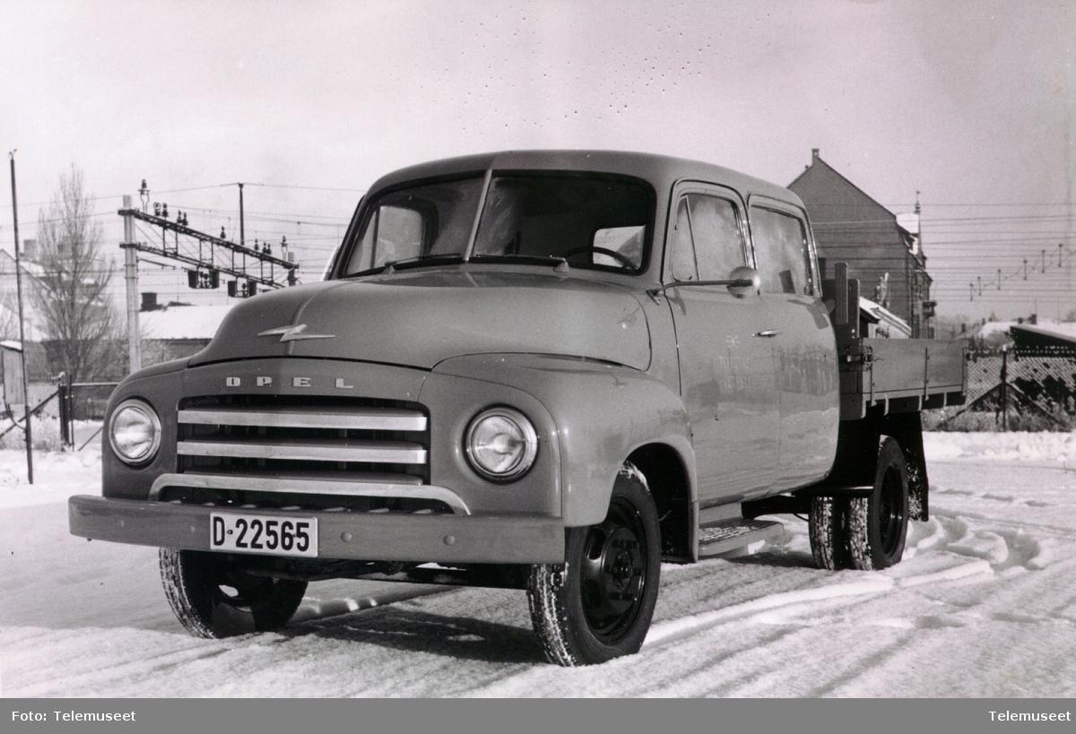 Opel Blitz m/dobbelt styrehus D-33565 på brygga i Hamar januar 1954.
