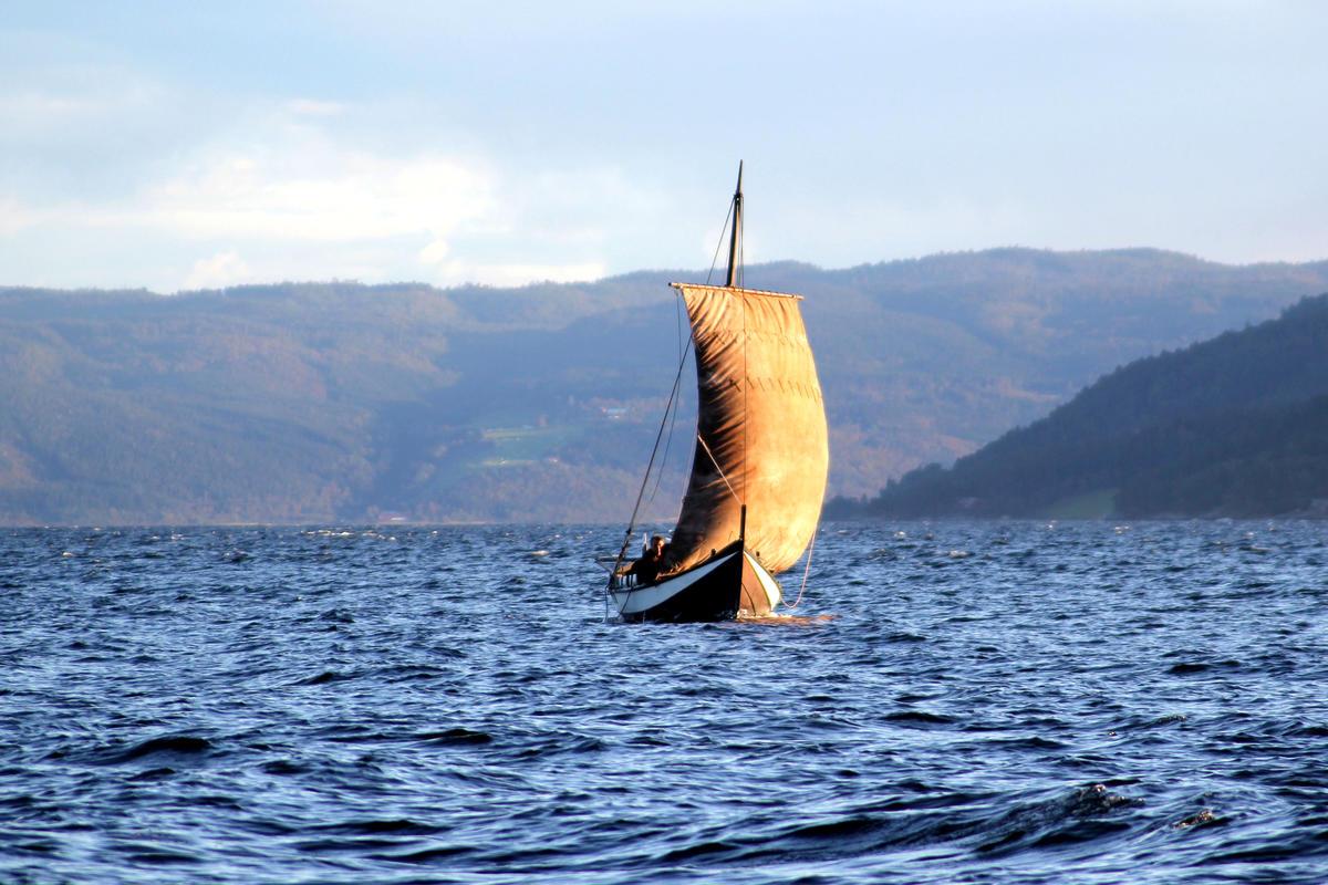 Åfjordsbåt. Firing, 27-32 ft. Rigged with a square sail. (Foto/Photo)