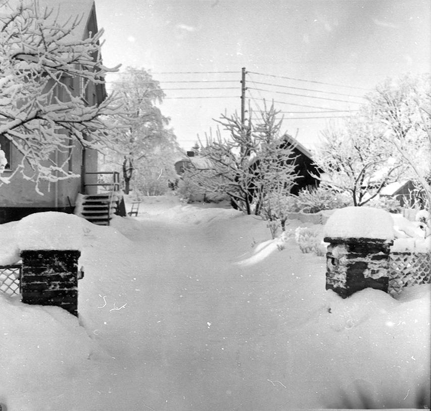 Kättilstorp 8 Januari 1968 före VA-arbeten. Arthur Sandahls portstolpar.