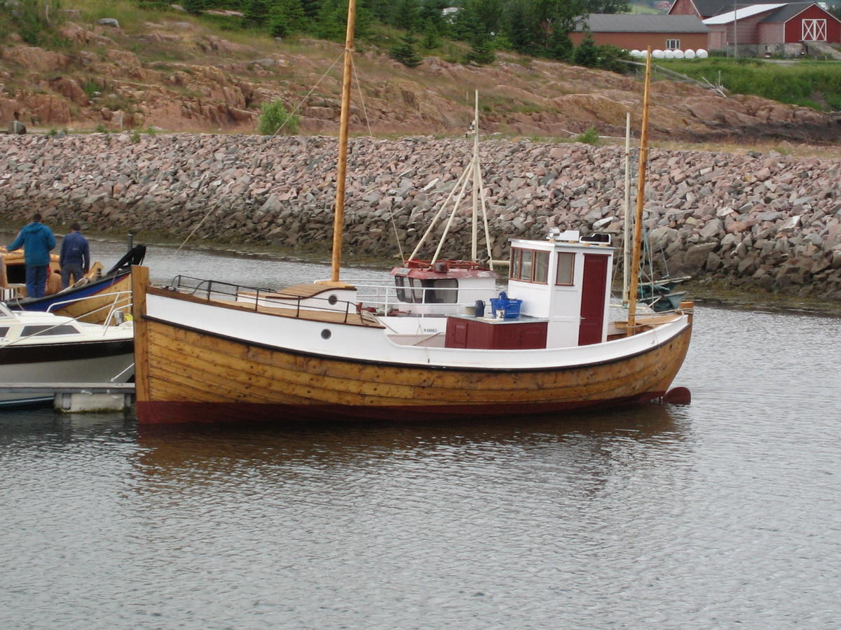 Børsabåt. Traditional fishing boat. Mainly a motorboat, but it also has sails.