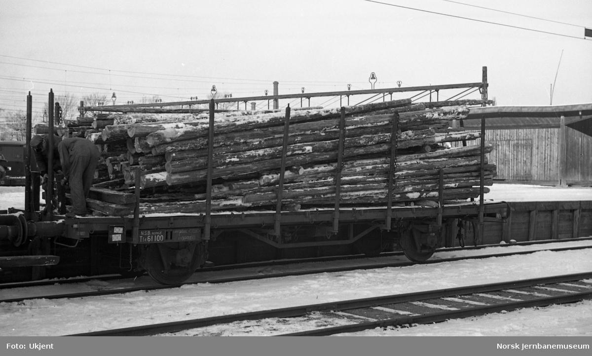 Skjev tømmerlast på godsvogn litra Tl4 nr. 61100 på Loenga