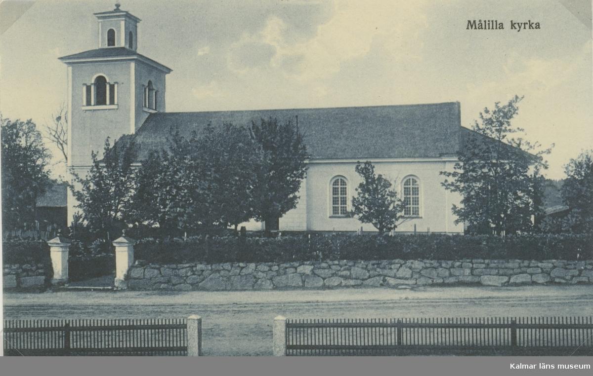 Vykort över Målilla kyrka som byggdes i nyklassicistisk stil mellan 1820-1822.